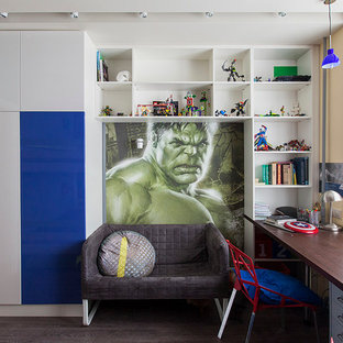 Idéer för ett modernt pojkrum kombinerat med skrivbord och för 4-10-åringar, med flerfärgade väggar och mörkt trägolv