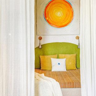 Cette image montre une petite chambre d'enfant de 1 à 3 ans design avec un mur blanc, sol en stratifié et un sol beige.