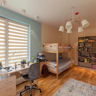 Foto på ett mellanstort funkis pojkrum kombinerat med sovrum och för 4-10-åringar, med beige väggar, mellanmörkt trägolv och orange golv
