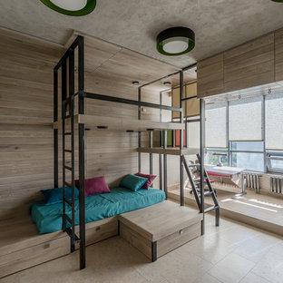 Foto på ett mellanstort funkis könsneutralt barnrum för 4-10-åringar och kombinerat med sovrum, med beige väggar, korkgolv och beiget golv
