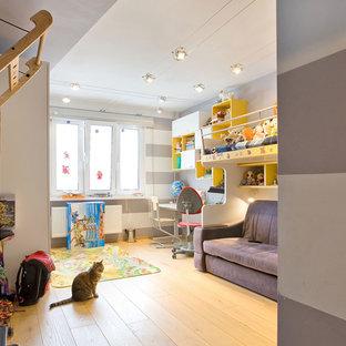 Bild på ett mellanstort pojkrum kombinerat med sovrum och för 4-10-åringar, med flerfärgade väggar, laminatgolv och gult golv