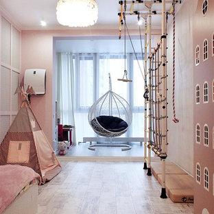 Réalisation d'une chambre de fille de 4 à 10 ans nordique de taille moyenne avec un mur rose, un sol en liège et un sol blanc.