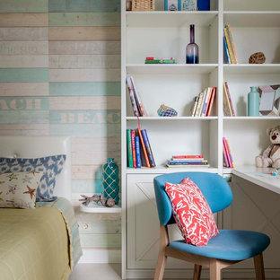 Cette photo montre une chambre d'enfant de 4 à 10 ans chic de taille moyenne avec un mur beige, un sol en liège et un sol blanc.