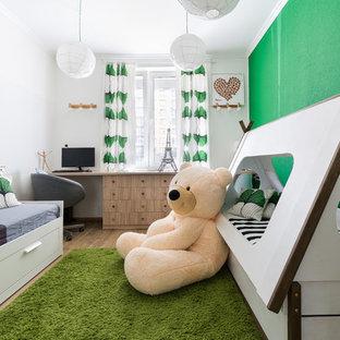 Стильный дизайн: нейтральная детская среднего размера в современном стиле с белыми стенами, полом из ламината, бежевым полом и спальным местом - последний тренд
