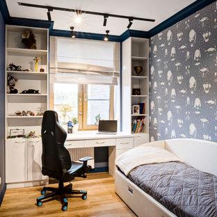 Idee per una piccola cameretta da bambino da 4 a 10 anni minimal con pareti blu, pavimento in laminato, pavimento giallo e carta da parati
