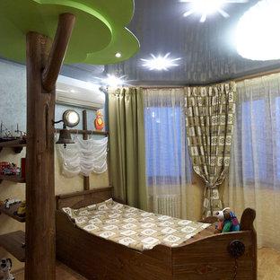 Modelo de dormitorio infantil de 4 a 10 años, costero, grande, con paredes beige y suelo de corcho