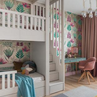 Пример оригинального дизайна: детская среднего размера в современном стиле с спальным местом, светлым паркетным полом, бежевым полом и разноцветными стенами для ребенка от 4 до 10 лет, девочки