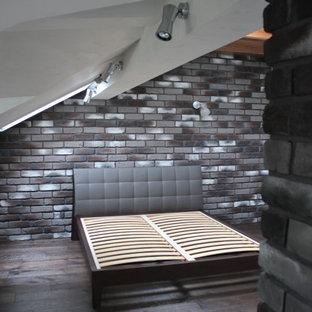Exemple d'une chambre d'enfant industrielle de taille moyenne avec un mur multicolore, un sol en bois peint, un sol gris, un plafond en poutres apparentes et un mur en parement de brique.