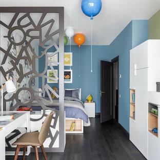 На фото: детская в современном стиле с спальным местом, синими стенами и темным паркетным полом для мальчика, ребенка от 4 до 10 лет