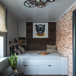 Стильный дизайн: детская в стиле лофт с спальным местом, паркетным полом среднего тона, коричневым полом и правильным освещением для подростка, мальчика - последний тренд