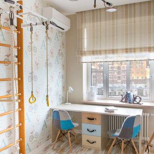 Idéer för att renovera ett litet funkis pojkrum kombinerat med sovrum och för 4-10-åringar, med beige väggar, mellanmörkt trägolv och flerfärgat golv