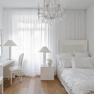 Exemple d'une chambre d'enfant tendance avec un mur blanc et un sol en bois brun.