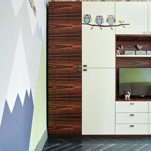 Foto på ett mellanstort minimalistiskt barnrum kombinerat med lekrum, med beige väggar, mörkt trägolv och svart golv