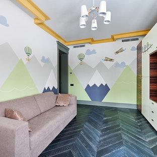 Idéer för mellanstora skandinaviska barnrum kombinerat med lekrum, med beige väggar, mörkt trägolv och svart golv