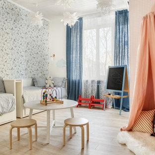 Ejemplo de dormitorio infantil de 4 a 10 años, nórdico, con paredes blancas, suelo de madera clara y suelo beige