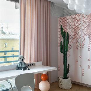 Пример оригинального дизайна: большая детская в современном стиле с рабочим местом, розовыми стенами, светлым паркетным полом и бежевым полом для подростка, девочки
