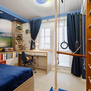 Inspiration pour une chambre de garçon de 4 à 10 ans design de taille moyenne avec un mur bleu, un sol en liège et un sol beige.
