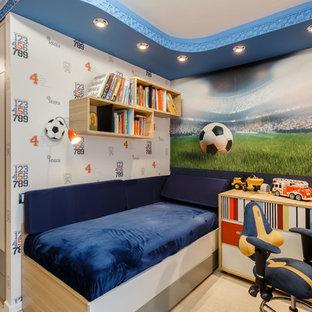Ispirazione per una cameretta da bambino da 4 a 10 anni minimal di medie dimensioni con pareti blu, pavimento in sughero e pavimento beige