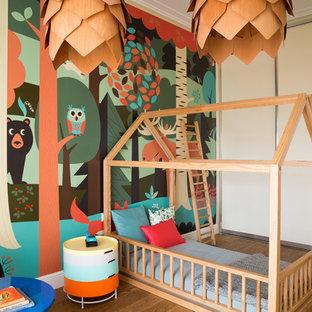 Неиссякаемый источник вдохновения для домашнего уюта: детская в современном стиле с спальным местом, разноцветными стенами и паркетным полом среднего тона для девочек или мальчиков, ребенка от 1 до 3 лет