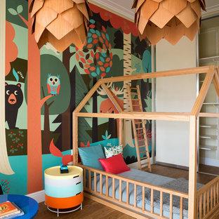 Источник вдохновения для домашнего уюта: нейтральная детская в современном стиле с спальным местом, бежевыми стенами, темным паркетным полом и коричневым полом