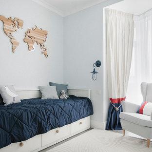 Свежая идея для дизайна: нейтральная детская в морском стиле с спальным местом, синими стенами, темным паркетным полом и серым полом для подростка - отличное фото интерьера