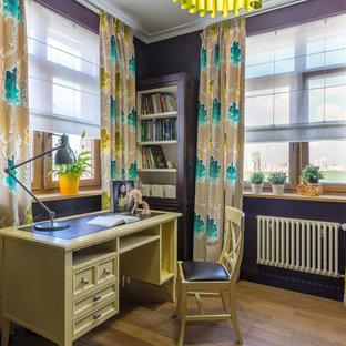Foto di una cameretta per bambini chic con pareti viola e pavimento in legno massello medio