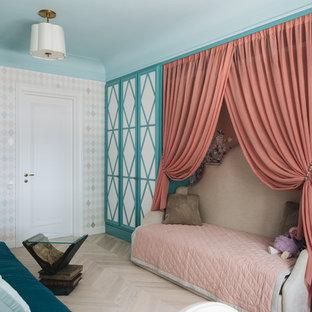 Пример оригинального дизайна: детская в стиле современная классика с спальным местом, разноцветными стенами, светлым паркетным полом и бежевым полом для девочки