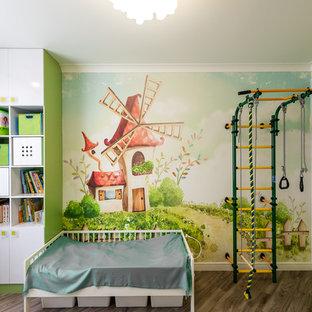 Пример оригинального дизайна: нейтральная детская в современном стиле с спальным местом, разноцветными стенами и коричневым полом