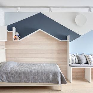 Свежая идея для дизайна: нейтральная детская в скандинавском стиле с спальным местом, разноцветными стенами, светлым паркетным полом и бежевым полом - отличное фото интерьера