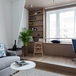 Идея дизайна: нейтральная детская в современном стиле с рабочим местом, паркетным полом среднего тона и коричневым полом