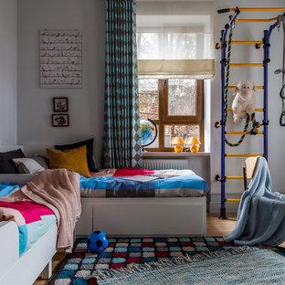 Неиссякаемый источник вдохновения для домашнего уюта: нейтральная детская в современном стиле с спальным местом, белыми стенами и светлым паркетным полом для ребенка от 4 до 10 лет