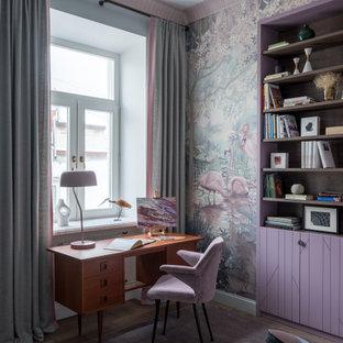 Свежая идея для дизайна: детская в стиле современная классика с рабочим местом, разноцветными стенами, паркетным полом среднего тона и коричневым полом - отличное фото интерьера