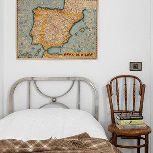 Diseño de dormitorio infantil tradicional renovado con paredes blancas y suelo multicolor