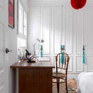 Ejemplo de dormitorio infantil clásico renovado con paredes blancas y suelo multicolor