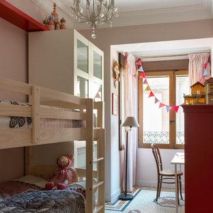 Imagen de dormitorio infantil clásico renovado con paredes rosas y suelo blanco