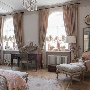 Идея дизайна: детская в викторианском стиле с спальным местом, белыми стенами, паркетным полом среднего тона и коричневым полом для девочки