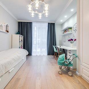 Выдающиеся фото от архитекторов и дизайнеров интерьера: детская среднего размера в скандинавском стиле с спальным местом, серыми стенами, паркетным полом среднего тона и бежевым полом для ребенка от 4 до 10 лет, девочки