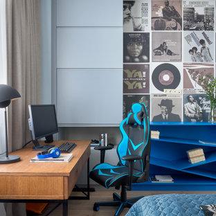 Imagen de dormitorio infantil actual con escritorio y suelo beige