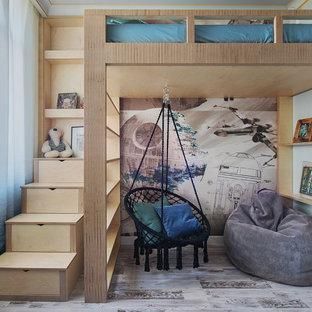 Immagine di una cameretta per bambini contemporanea con pareti beige, pavimento beige e carta da parati