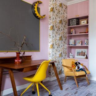 Идея дизайна: детская в современном стиле с рабочим местом, розовыми стенами и обоями на стенах для девочки
