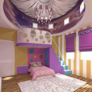 Idée de décoration pour une chambre d'enfant de 4 à 10 ans méditerranéenne avec un mur jaune et un sol en bois brun.