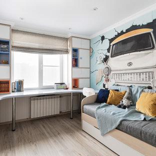 Bild på ett litet funkis pojkrum kombinerat med skrivbord och för 4-10-åringar, med flerfärgade väggar, ljust trägolv och beiget golv