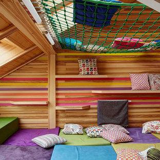 Immagine di una grande cameretta per bambini da 4 a 10 anni nordica con pareti multicolore, moquette e pavimento multicolore