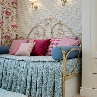 Diseño de dormitorio infantil bohemio con paredes beige y suelo de corcho