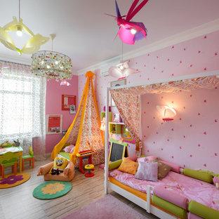 Exemple d'une grande chambre d'enfant tendance avec un mur rose et un sol en liège.