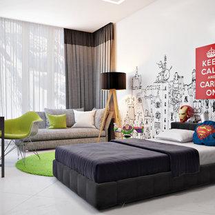 Modern inredning av ett stort barnrum kombinerat med sovrum, med vita väggar, klinkergolv i porslin och vitt golv