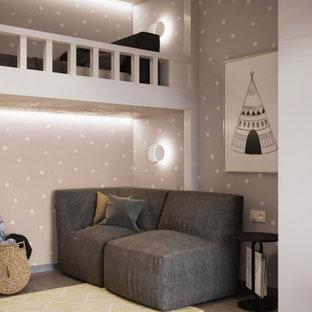 Immagine di una cameretta per bambini da 4 a 10 anni minimal di medie dimensioni con pareti beige, pavimento in legno massello medio e pavimento beige