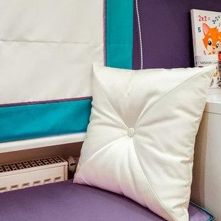 Aménagement d'une chambre d'enfant de 4 à 10 ans industrielle de taille moyenne avec un mur blanc, un sol en bois brun et un sol marron.