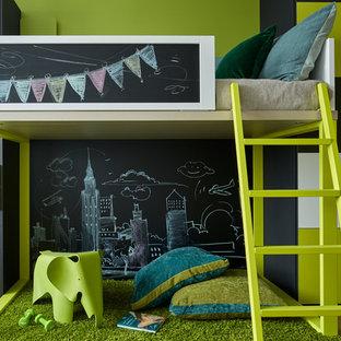 Inspiration pour une chambre d'enfant de 4 à 10 ans nordique avec un mur multicolore.