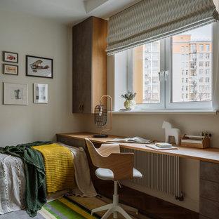 Idee per una cameretta per bambini da 4 a 10 anni scandinava di medie dimensioni con pareti bianche, pavimento in legno massello medio e pavimento marrone